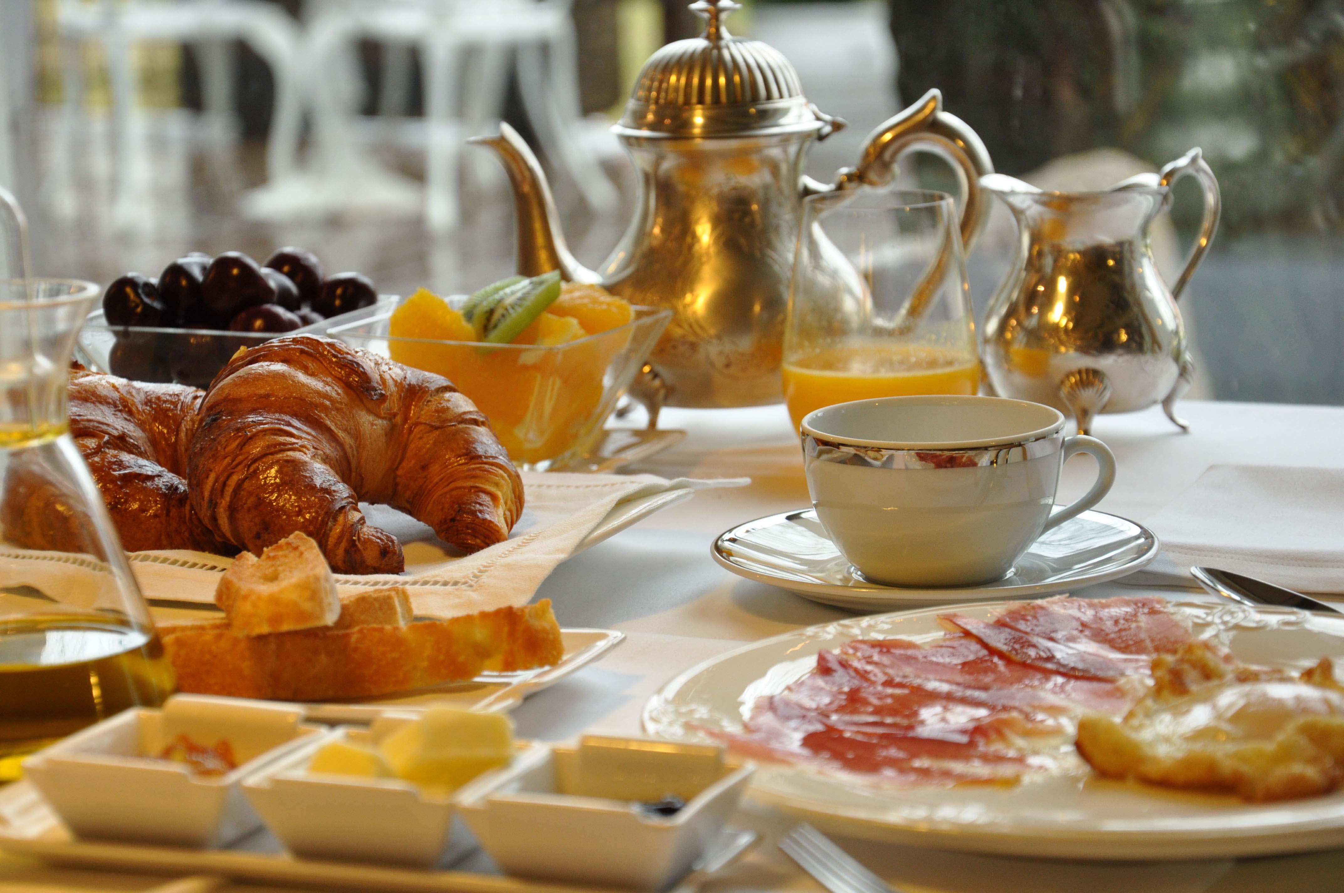 Hotel estrella del bajo carri n for Mesa desayuno